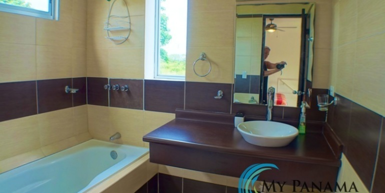 For-Sale-Gorgona-Condo-Brisas-de-Malibu-MPRE-Bathroom-Tub