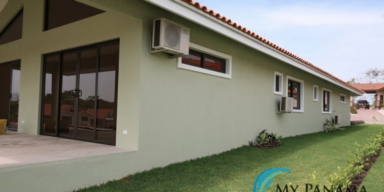 Home-For-Sale-Panama-Azura-Side-of-Home